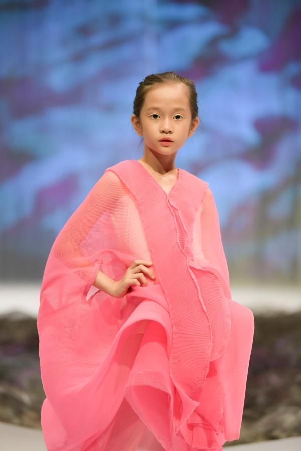 'Bản sao nhí' của Hồ Ngọc Hà làm first-face trong ngày cuối của Tuần lễ thời trang trẻ em Việt Nam 2020 7