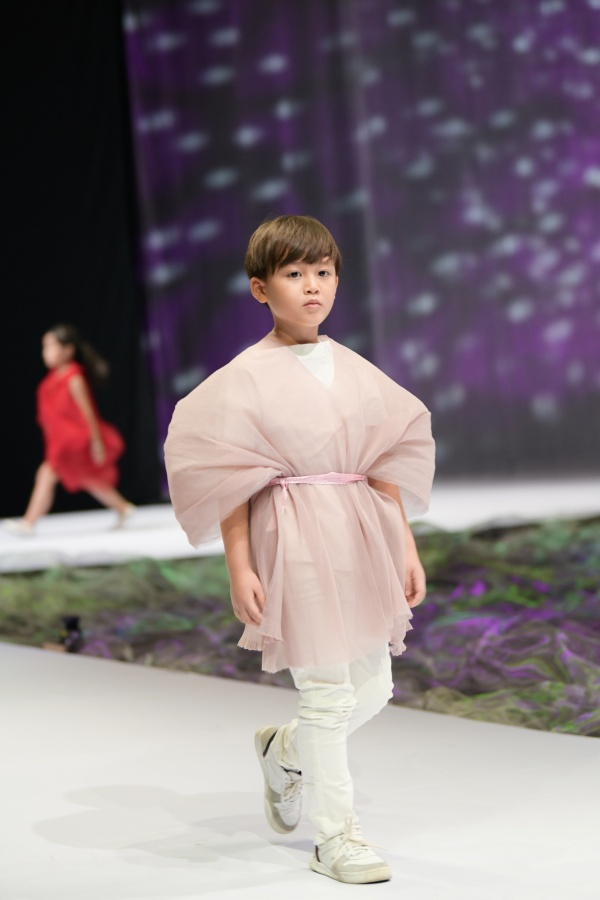'Bản sao nhí' của Hồ Ngọc Hà làm first-face trong ngày cuối của Tuần lễ thời trang trẻ em Việt Nam 2020 8