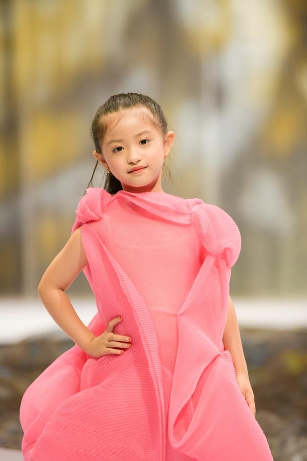 'Bản sao nhí' của Hồ Ngọc Hà làm first-face trong ngày cuối của Tuần lễ thời trang trẻ em Việt Nam 2020 9