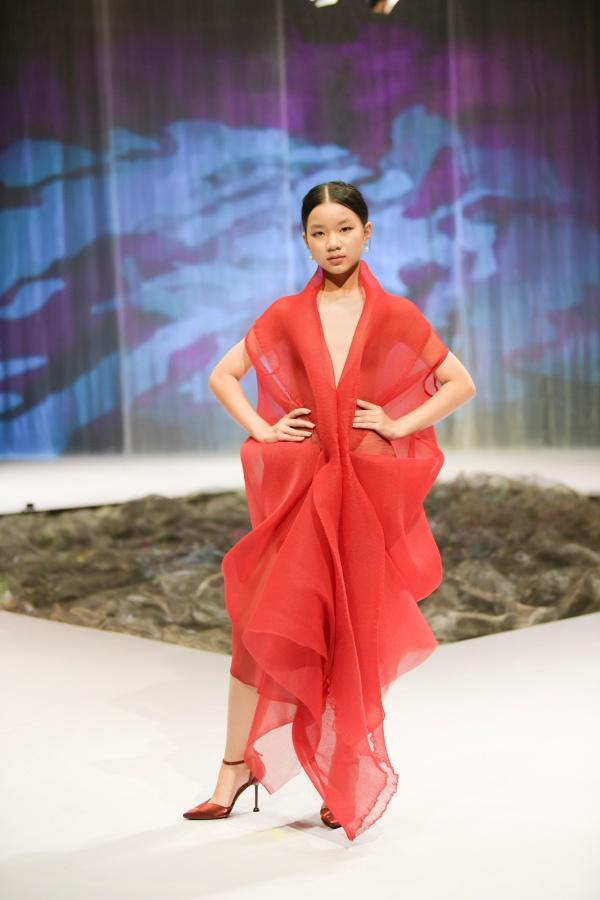 Lần đầu tiên đến với Tuần lễ thời trang trẻ em Việt Nam, NTK Lê Thanh Phương mang đến BST 'Chuyển động và bồng bềnh' với những thiết kế mang kiểu dáng lãng mạn, bay bổng, thể hiện sự chuyển động qua từng đường nét của chất liệu.