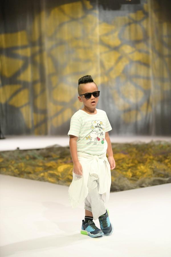 Đặc biệt, bé Nhím – con trai NTK Đỗ Mạnh Cường tiếp tục khiến cả khán phòng 'phát sốt' bởi màn catwalk độc đáo khi vừa nhảy, vừa nhào lộn trên sàn runway.