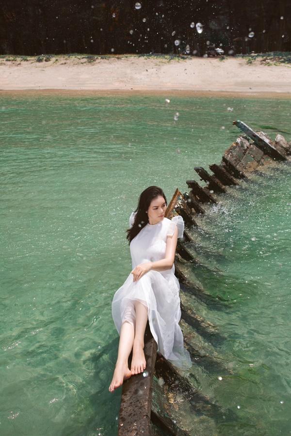 Nữ diễn viên 'Kiều nữ và đại gia' khoe vẻ đẹp vừa phóng khoáng, vừa kiêu sa tại vùng biển Côn Đảo.