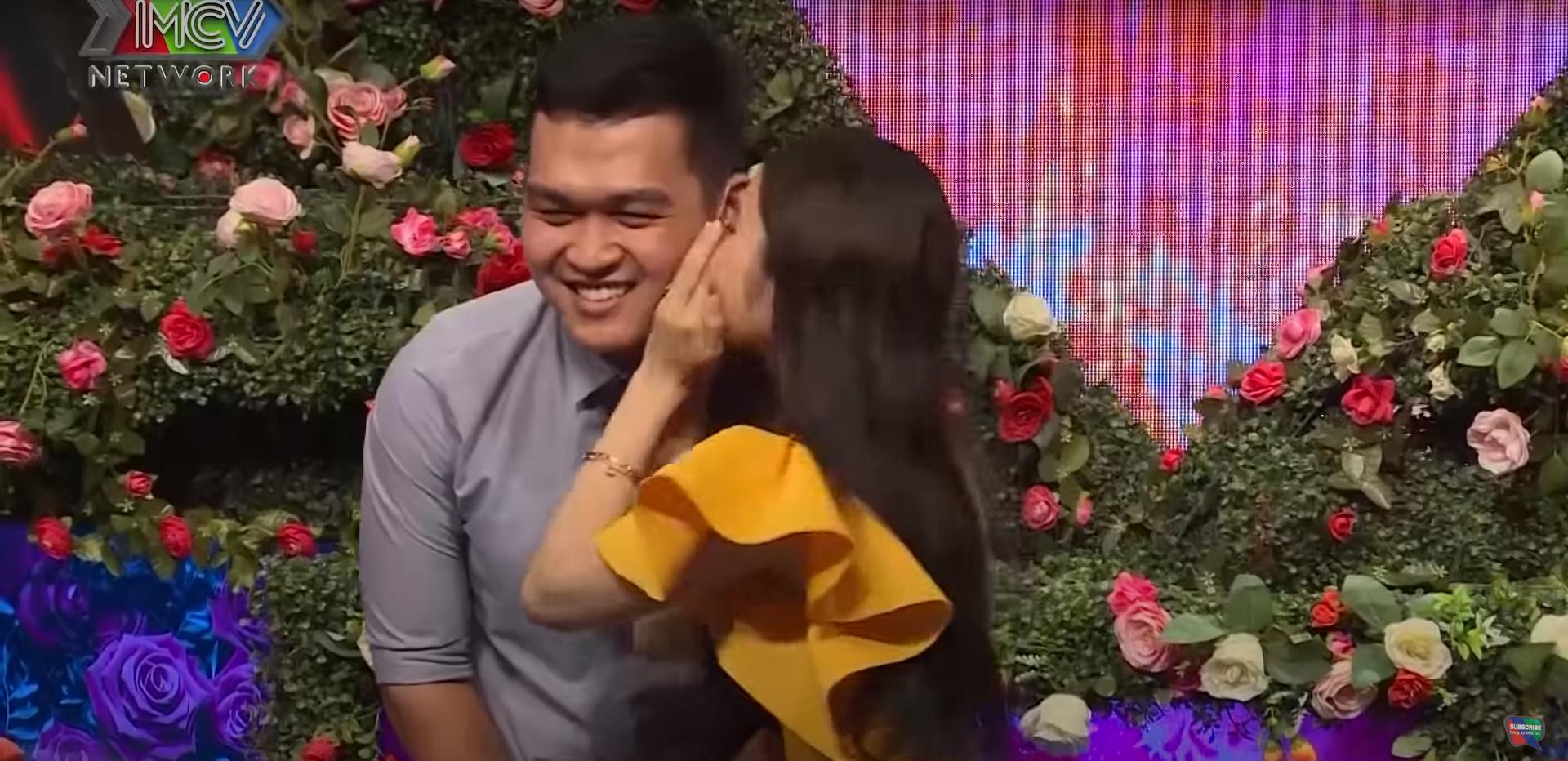 Sau đó không ngần ngại dành cho nhau nụ hôn ngọt ngào ngay trên sân khấu