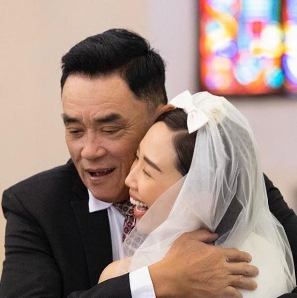 Ba ruột Tóc Tiên vui mừng rơi nước mắt trong hôn lễ của con gái.