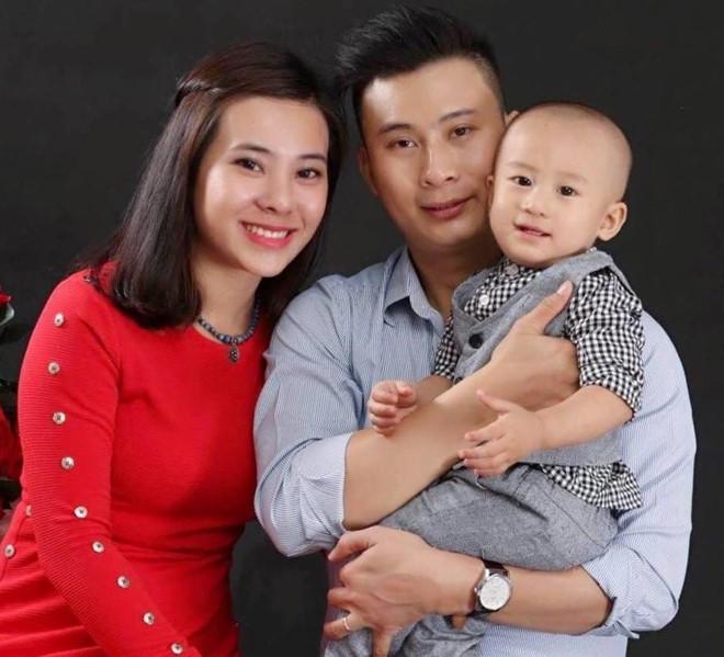 Gia đình hạnh phúccó cậu con trai kháu khỉnh.