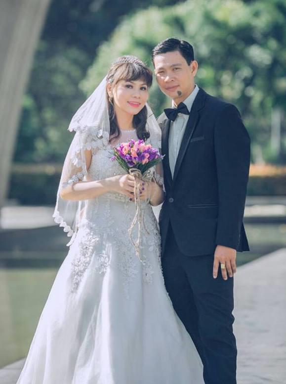 Cả hai tổ chức đám cưới ở quê nhà cô dâu.