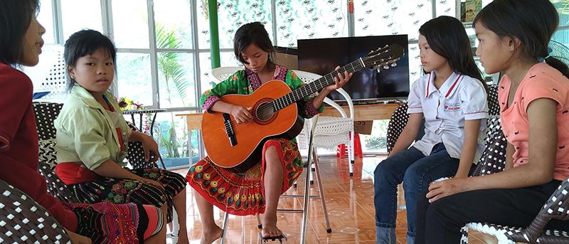 Những cô nữ sinh vùng cao say mêhọc guitar với khát vọng về một ngày mai tươi sáng