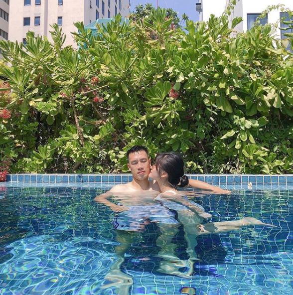 Khoảnh khắc tình bể bình của tiền vệ Huy Hùng và vợ sắp cưới xinh như hotgirl 0