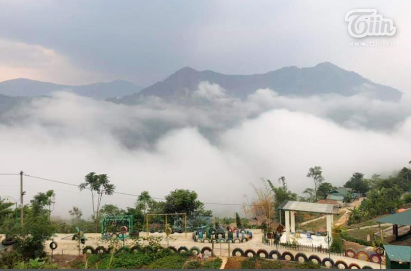 Ngôi trường được điểm tô thêm nhờ sự hùng vĩ của thiên nhiên và phong cảnh tuyệt vời nơi núi rừng bao la