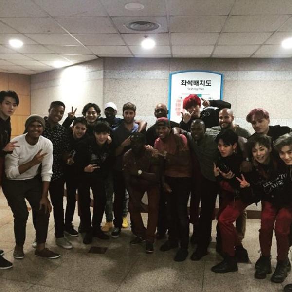 Producer chụp ảnh cùng EXO