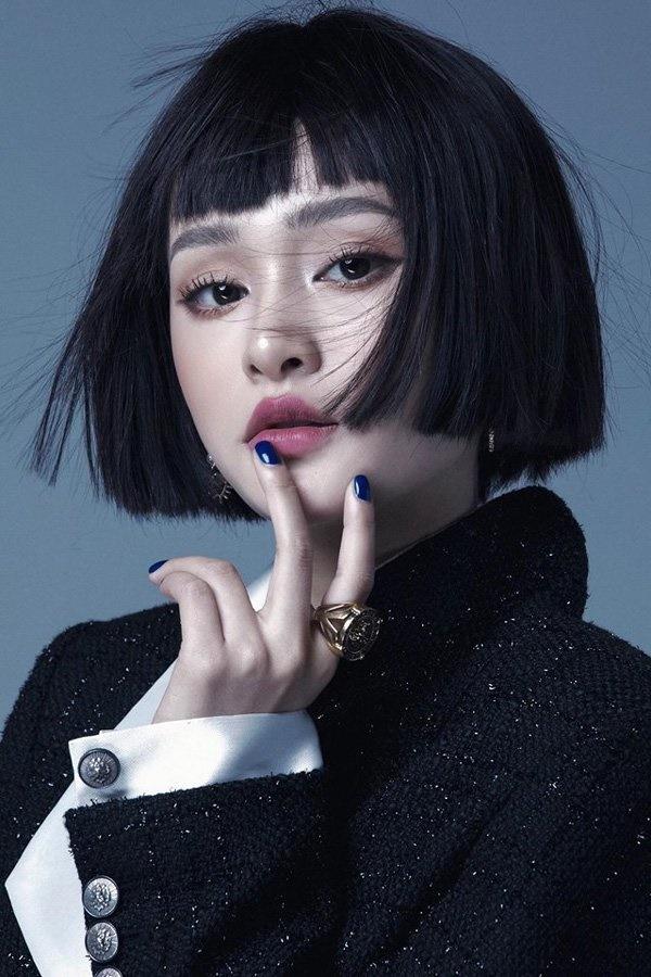 Hiền Hồ quen thuộc với mái tóc bob ngắn màu đen trong suốt một thời gian dài. Trong khi đó, góc nghiêng của Somi cộng với kiểu tóc này khiến Somi trông giống Hiền Hồ nhiều hơn.