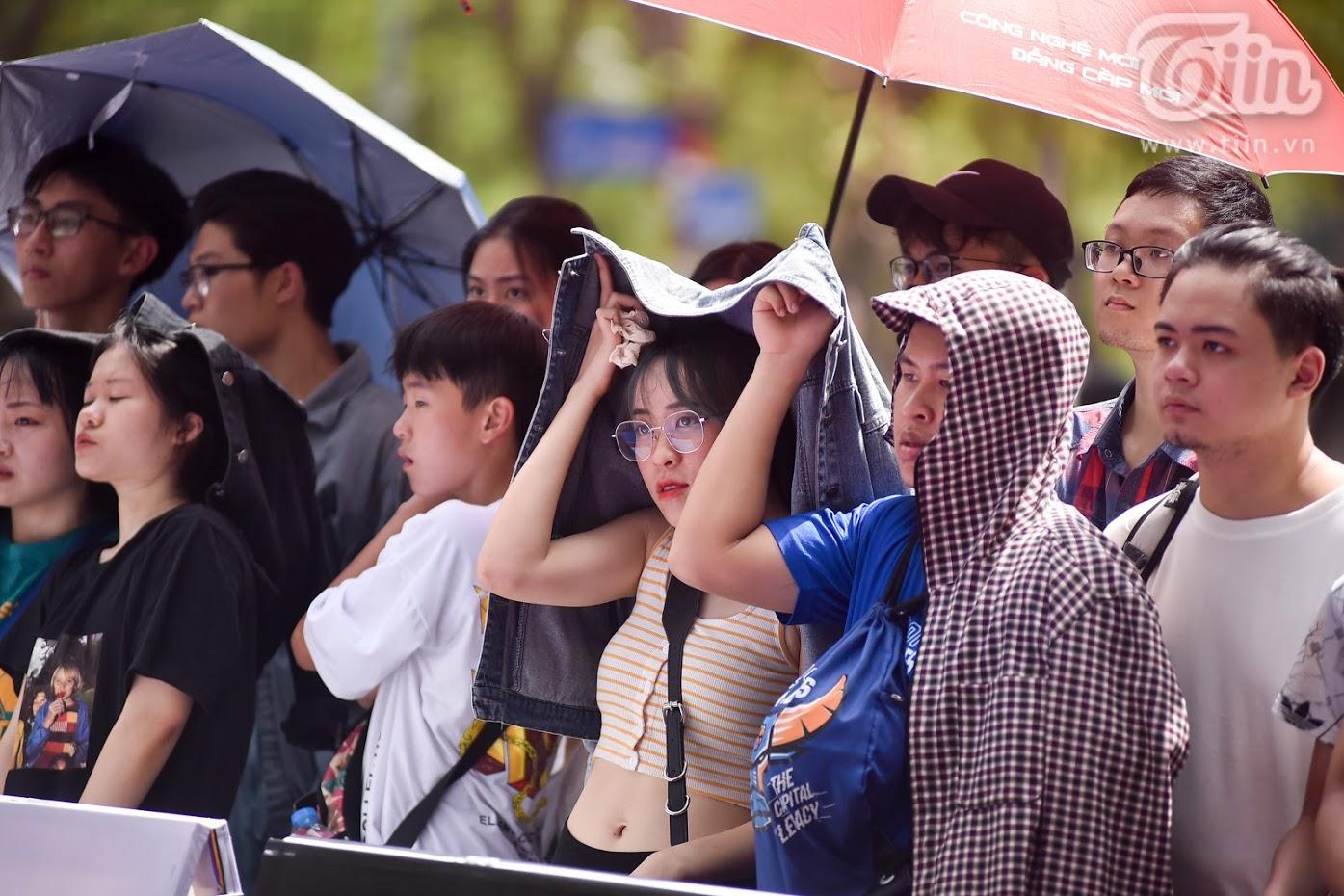 Khán giả đến xem đem theo cả những dụngcụ chống nắng cơ bản.