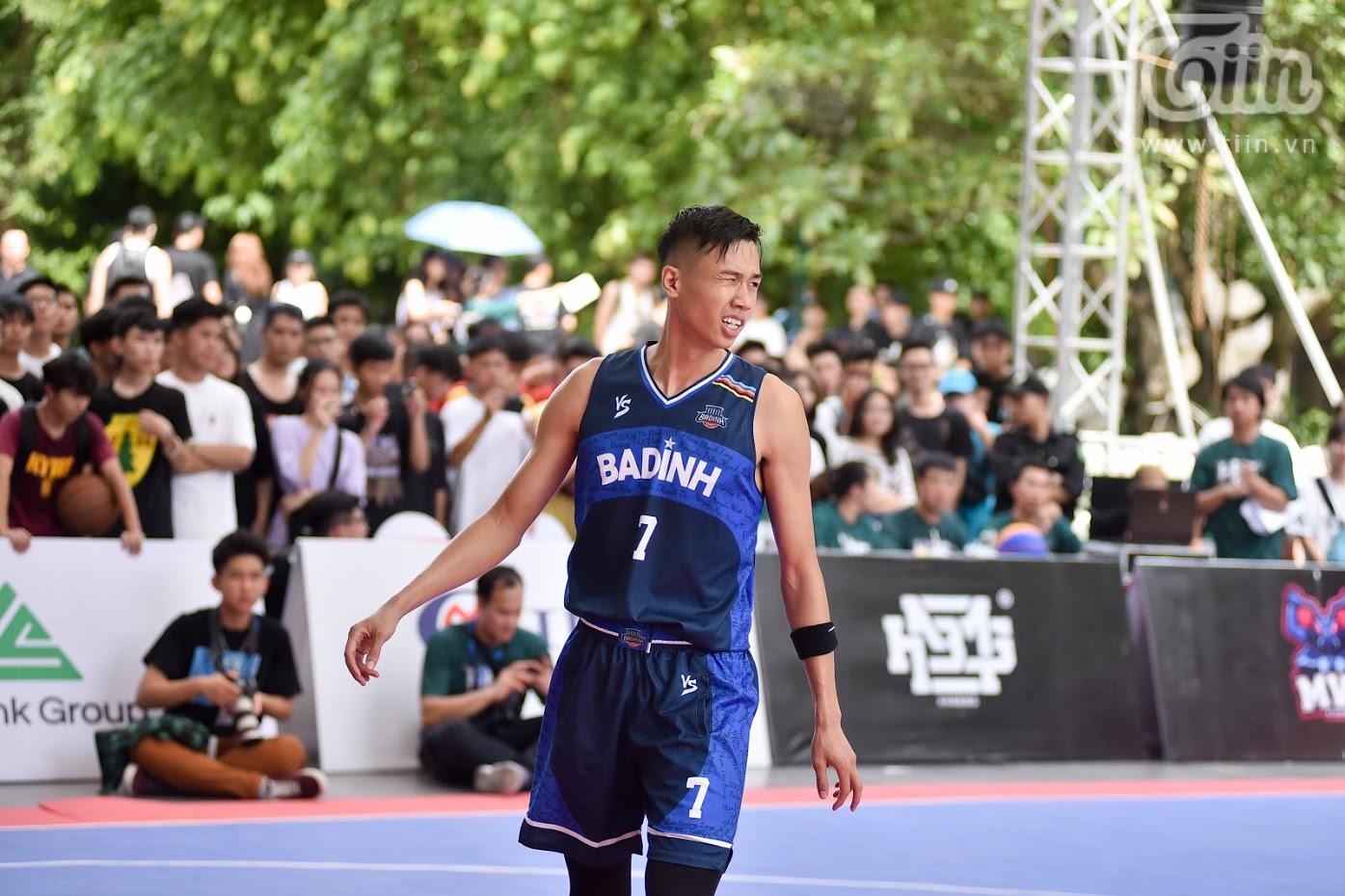 Sang Đinh thi đấu dưới màu áo CLBBa Đình.