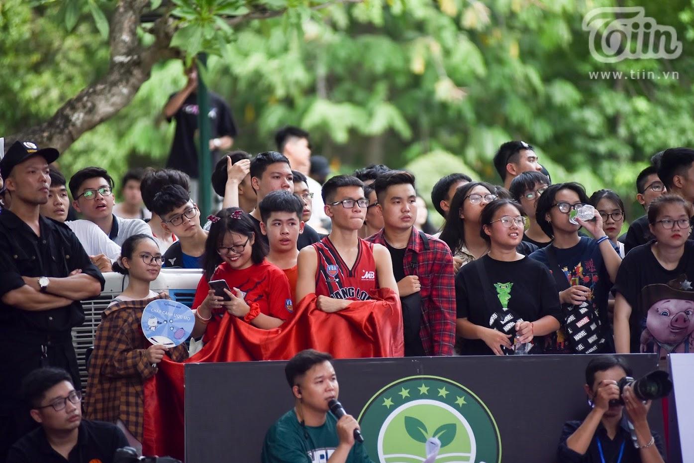 Giải bóng rổ chưa có tiền lệ giữa phố đi bộ Hồ Gươm: Giới trẻbất chấp nắng nóng gay gắt đến xem chật cứng 9