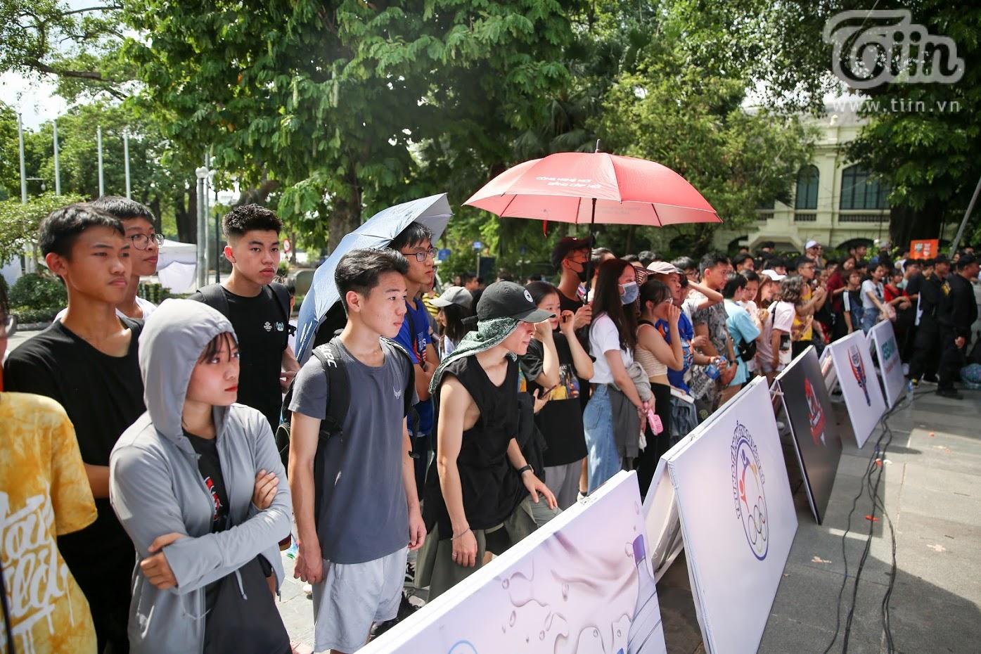 Giải bóng rổ chưa có tiền lệ giữa phố đi bộ Hồ Gươm: Giới trẻbất chấp nắng nóng gay gắt đến xem chật cứng 11