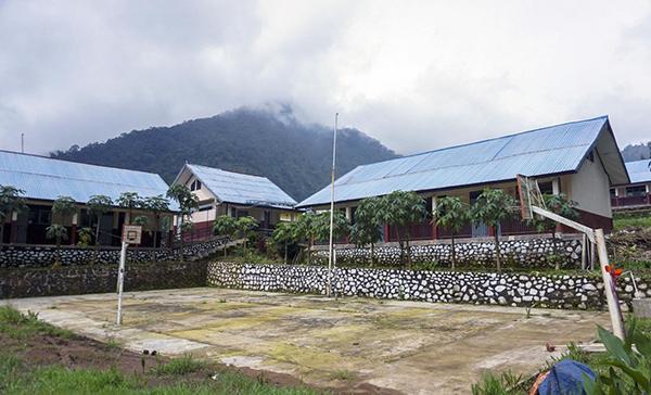 Trường trung học cơ sở SMP 4 Bawang đã đóng cửa nhiều tháng nay vì dịch bệnh.