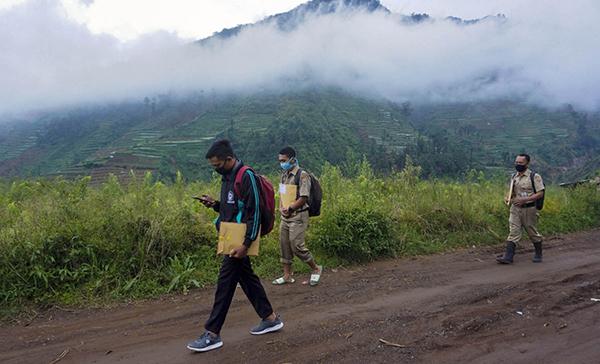 Hành trình đưa bài tập tới từng em học sinh không hề đơn giản, họ phải băng qua hàng chục km đường bộ, nhiều ngọn đồi và vượt qua cả sông.