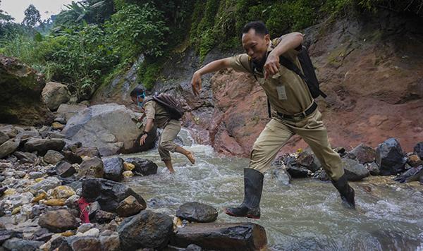 Choáng khi nhìn cảnh giáo viên vượt đèo, lội suối hàng chục km tới từng nhà giao bài tập cho học sinh trong mùa dịch 3