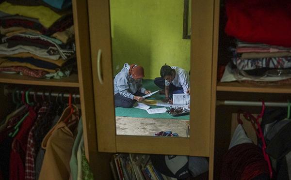 Cô Bawang Wiyata Bhakti đang dạy học sinh tại nhà của em.