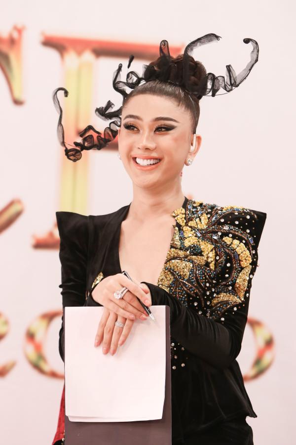Lâm Khánh Chi đeo trang sức 50 tỷ đồng,lần đầu catwalk thị phạm cho thí sinh 5