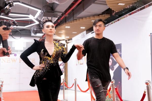 Lâm Khánh Chi đeo trang sức 50 tỷ đồng,lần đầu catwalk thị phạm cho thí sinh 6