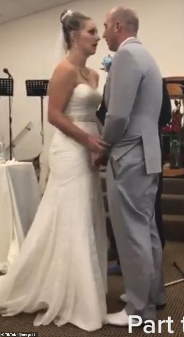 Cả hội trường nín thở khi mẹ chồng - nàng dâu cãi nhau tay đôi ngay trong hôn lễ, chú rể bất lực cúi gầm mặt 0