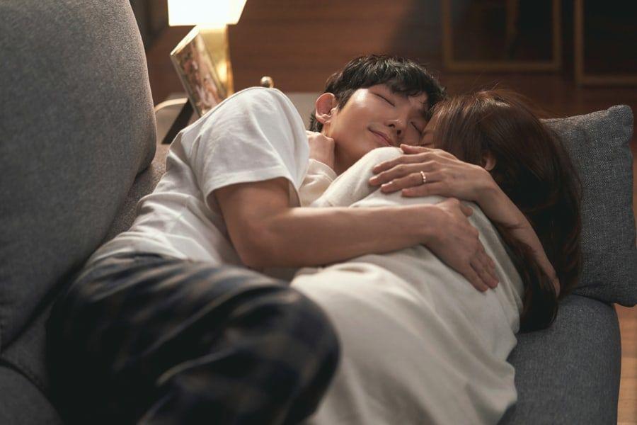 Bão giông dừng sau cánh cửa, Baek Hee Sung hạnh phúc ôm chầm lấy vợ trên ghế sofa