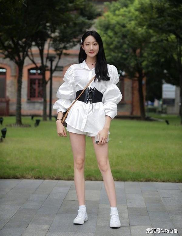 Thời trang mùa hè khác biệt của giới trẻ Trung - Hàn: Bên 'kín bưng', bên sexy 'nức nở' 1