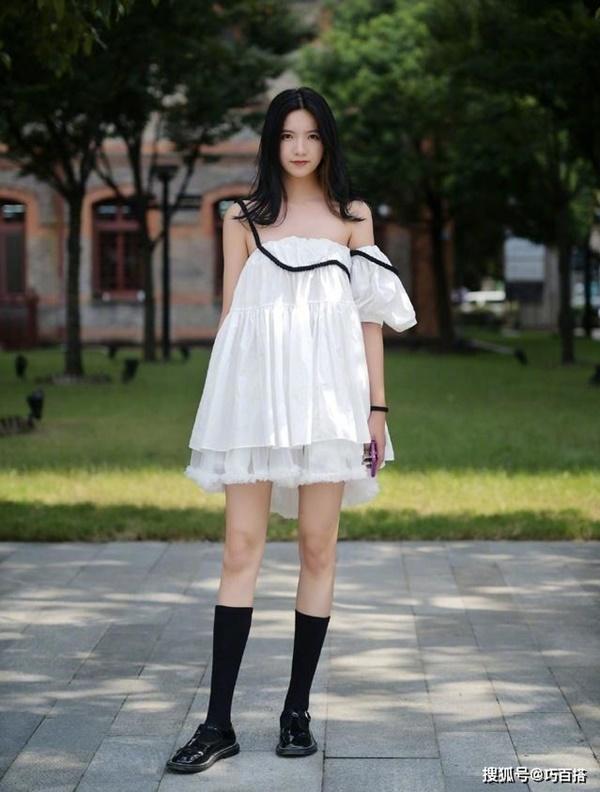 Các bạn gái xứ Trung chú trọng đến những bộ trang phục tinh tế, đặc biệt là những phụ kiện đi kèm như thắt lưng, cặp tóc, vòng đeotay,...