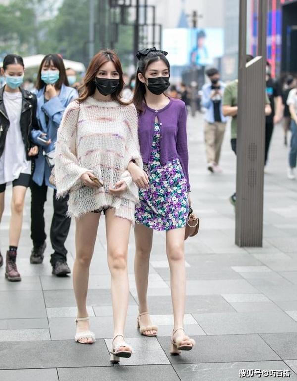 Thời trang mùa hè khác biệt của giới trẻ Trung - Hàn: Bên 'kín bưng', bên sexy 'nức nở' 3