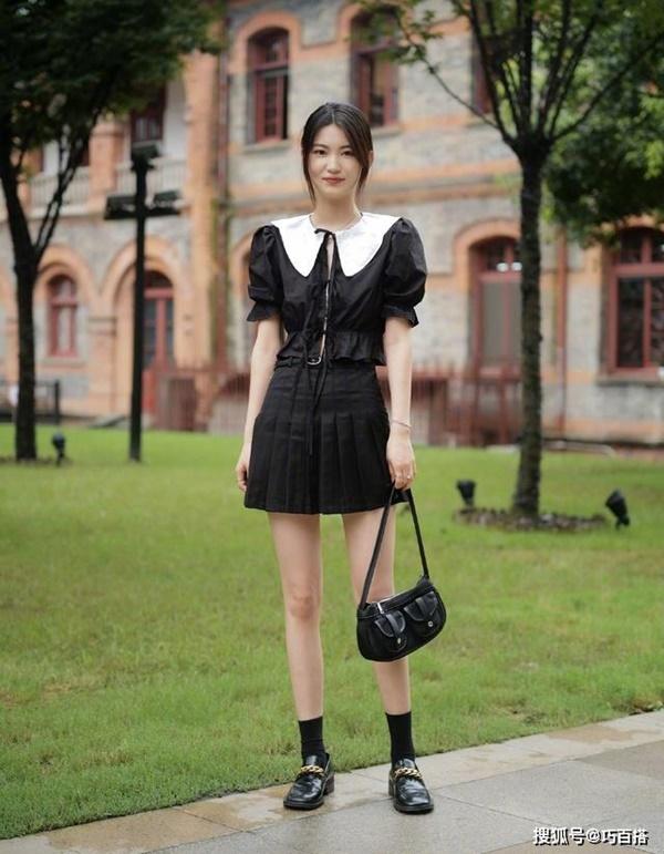 Loạt những item như đầm trễ vai, đầm liền thân 'bánh bèo' cho đến những bộ trang phục được mix&match với phụ kiện cầu kỳ cũng được các bạn gái Trung ưa chuộng.