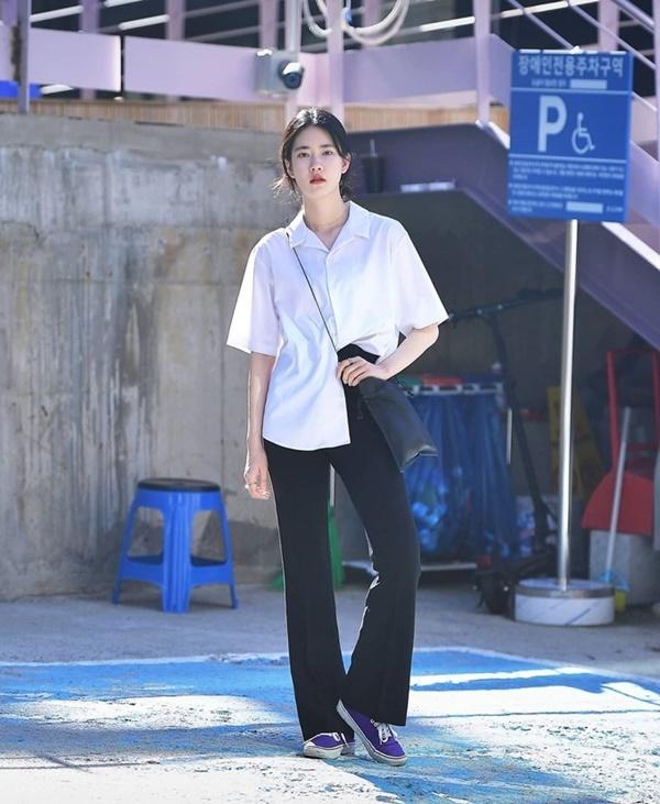 Thời trang mùa hè khác biệt của giới trẻ Trung - Hàn: Bên 'kín bưng', bên sexy 'nức nở' 6