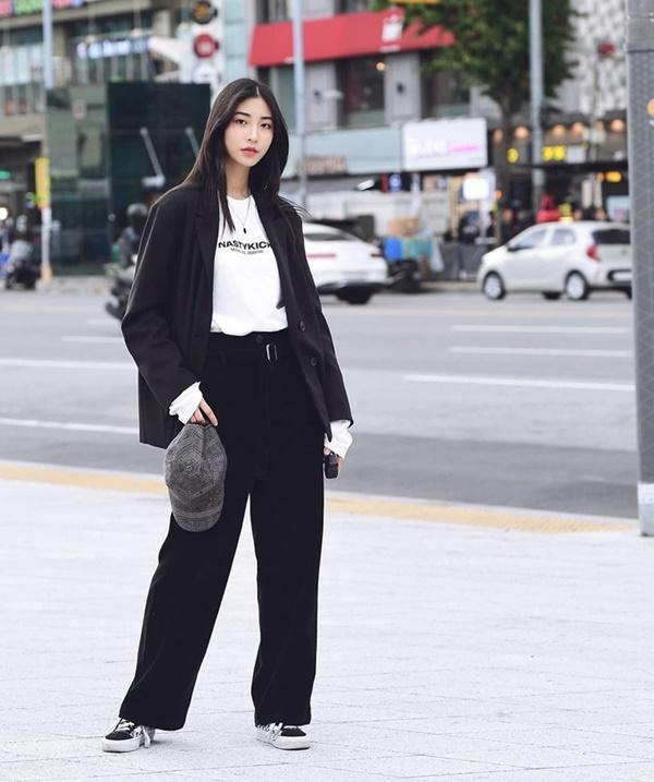 Streetstyle của giới trẻ Hàn có vẻ 'kín cổng cao tường' và mang màu sắc công sở. Thậm chí nhiều người xem loạt ảnh này xong vẫn chưa thể tin rằng đây là outfit mùa hè tại xứ củ sâm.