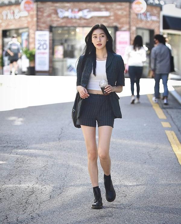 Thời trang mùa hè khác biệt của giới trẻ Trung - Hàn: Bên 'kín bưng', bên sexy 'nức nở' 10