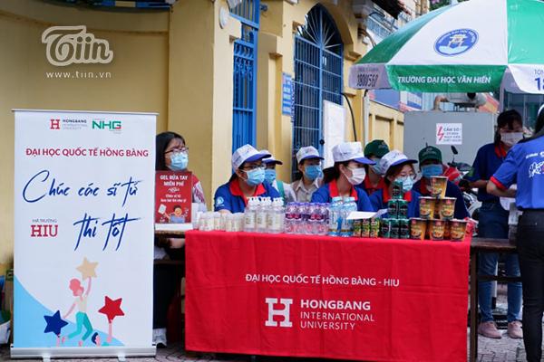 Đội tiếp sức mùa thi tại trường Đại học Quốc tế Hồng Bàng.
