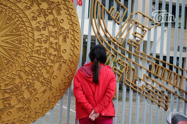 Phụ huynh đứng chờ con ở điểm thiTHPT Hùng Vương, TPHCM.