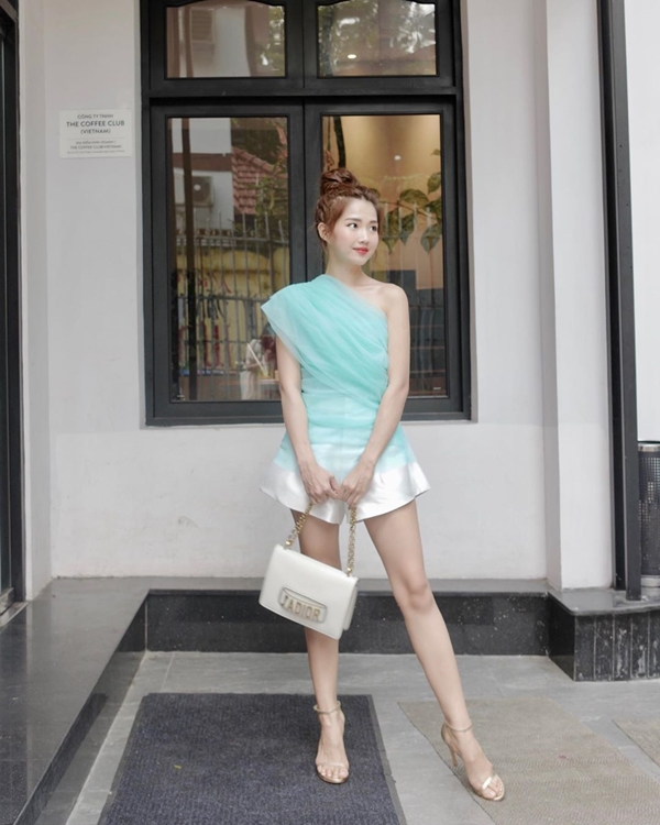 Kiều Trinh Xíu khoe chân dài dáng chuẩn với áo lệch vai mix cùng quần short ngắn và sandals cao gót. Để nâng tầm set đồ đơn giản, nàng hot girl sử dụng chiếc túi đắt giá đến từ hiệu Dior.