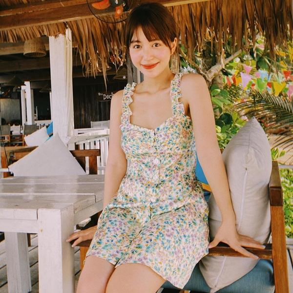 Mẫn Tiên đầy trẻ trung dễ thương với váy liền họa tiết hoa nhí, phủ tông màu tươi sáng.