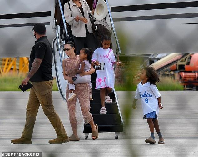 Kim Kardashian và Kanye West hội ngộ, trở về Mỹ bằng chuyên cơ sau kỳ nghỉ cứu vãn cuộc hôn nhân căng thẳng 5