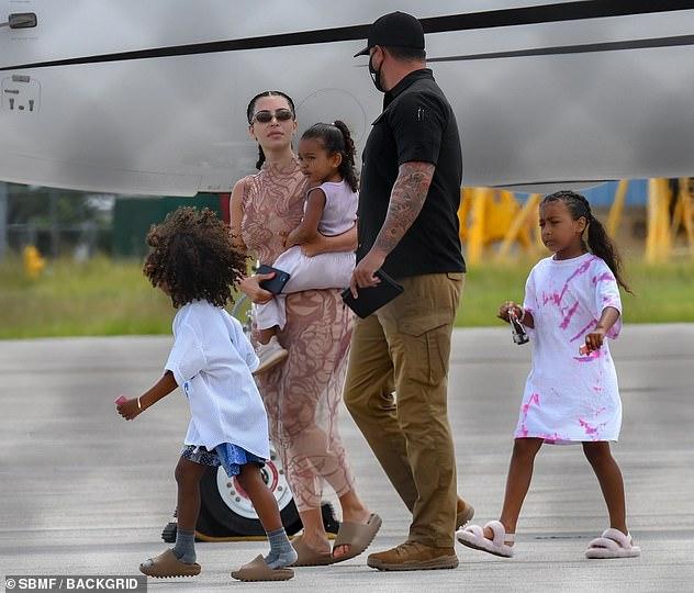 Kim Kardashian diện đồ đơn giản nhưng ấn tượng khi xuất hiện tại sân bay.