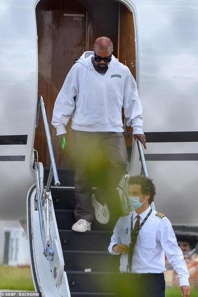 Kanye West lẻ bóng khi máy bay hạ cánh xuống Miami.