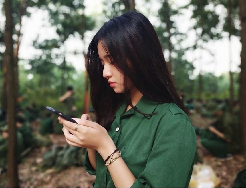 Từng gây bão với một tấm ảnh xinh xắn trong bộ đồng phục khi trong kỳ học quân sự, Nguyễn Mai Linh nhanh chóng được cư dân mạng chú ý và săn lùng thông tin. Cô bạn hiện đang là sinh viên ngành Ngôn ngữ Nhật tại ĐH FPT.