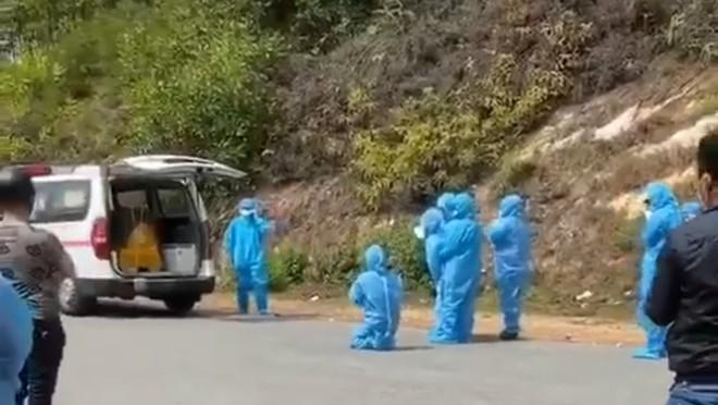 Người thân nạn nhân Covid-19 mặc đồ bảo hộ, giữ khoảng cách an toàn với thi thể khi tiễn biệt lần cuối.