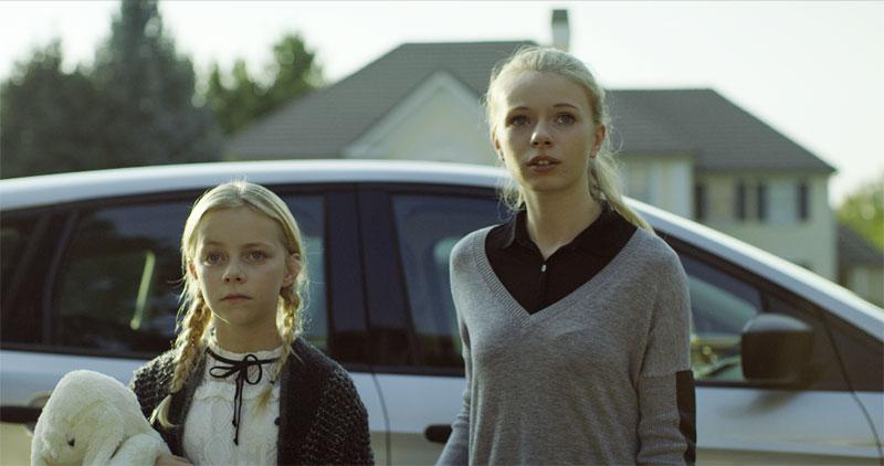 Olivia và Claire phải chuyển đến nhà dì Beth sau cái chết của mẹ.