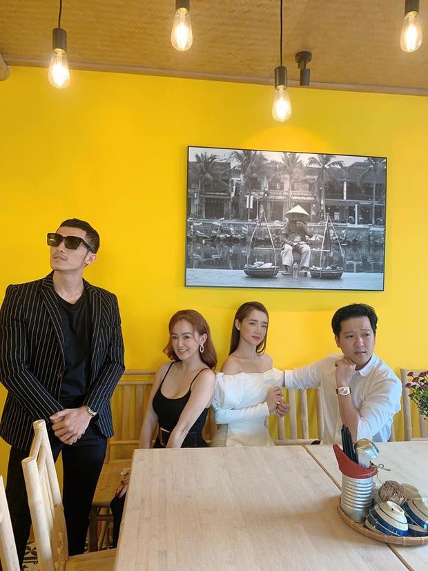 Cặp đôi dính nhau 'như sam' trong chuyến đi mừng khai trương quán ăn 'Mười khó' của Trường Giang