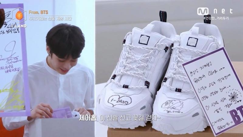 Đôi giày có chữ kí tay của J-Hope có lẽ là món quà vô cùng quý giá với Hanbin, đặc biệt là nó được trao gửi từ chính tay thần tượng của mình. Mong rằng món quà này sẽ tiếp thêm thật nhiều động lực cho cậu trong hành trinh cam go sắp tới.