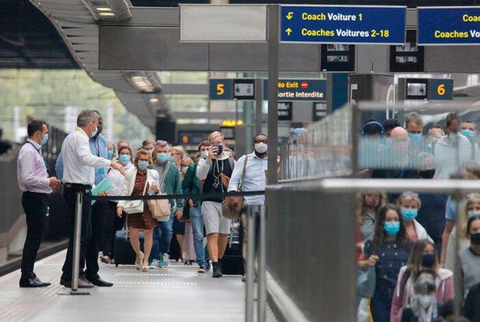 Khách du lịch quay trở lại Anh từ Pháp tại nhà ga Eurostar ở ga St Pancras