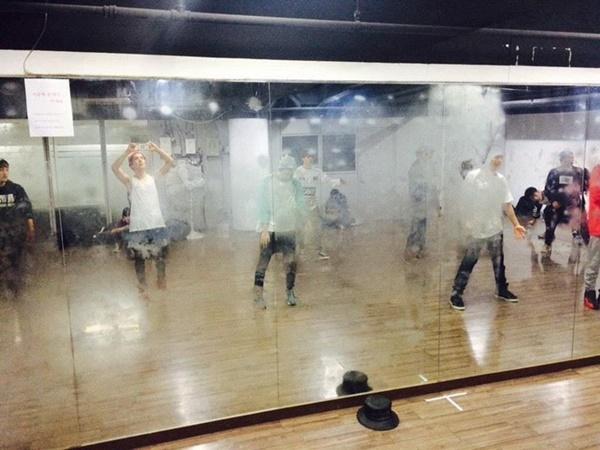 Nhìn phòng tập 'xịn xò' của thực tập sinh show I-LAND mới thấy BTS đã từng 'khổ sở' như thế nào thời Big Hit còn 'nghèo khó' 5