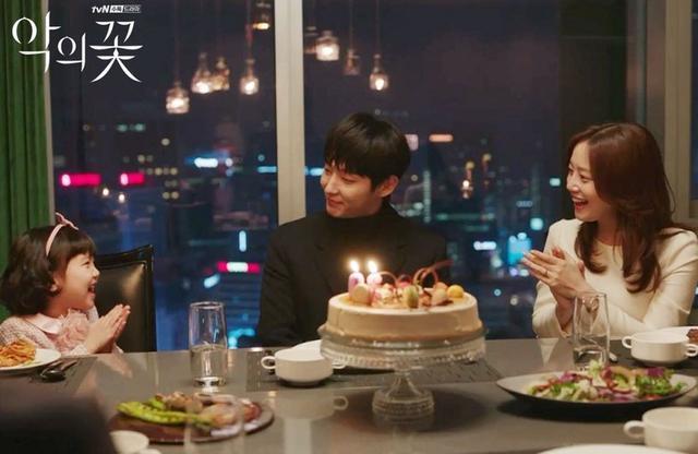 Nhưng anh che giấu mọi thứ và lập gia đình với nữ cảnh sát Cha Ji Won