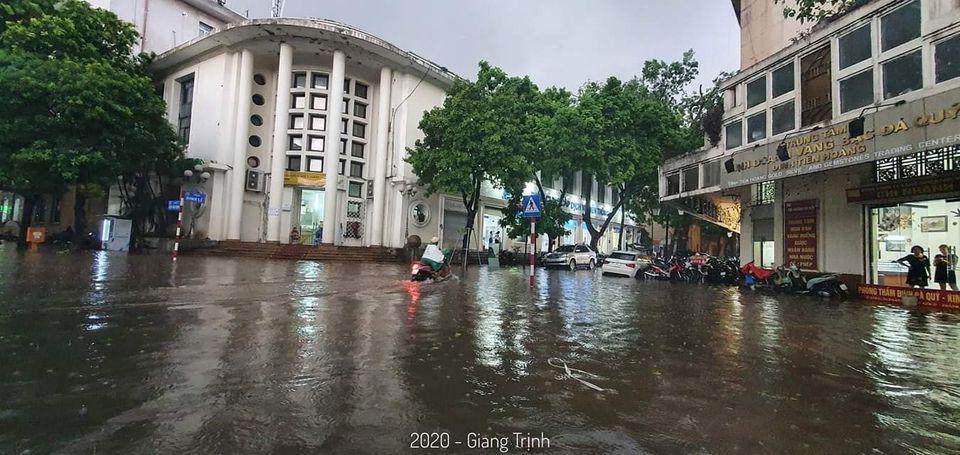 Cơn mưa lớn và kéo dài khiến mực mước tăng nhanh, nhiều phương tiện di chuyển khó khăn.